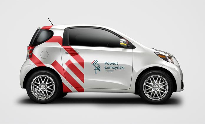 Samochód z nowym logo powiatu łomżyńskiego