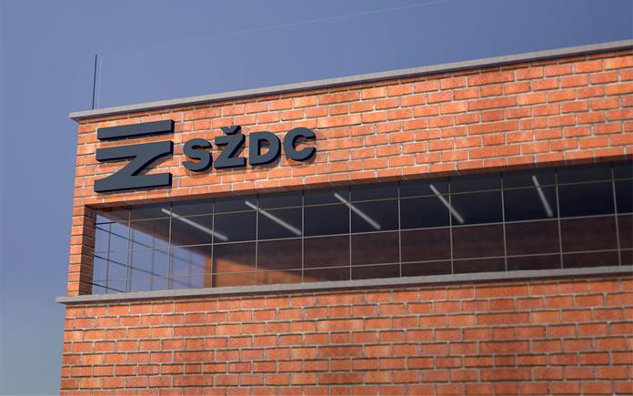 Nowe logo czeskich kolei na budynku