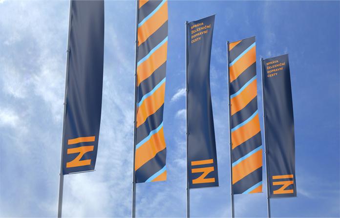 Flagi z nowym logo SŽDC