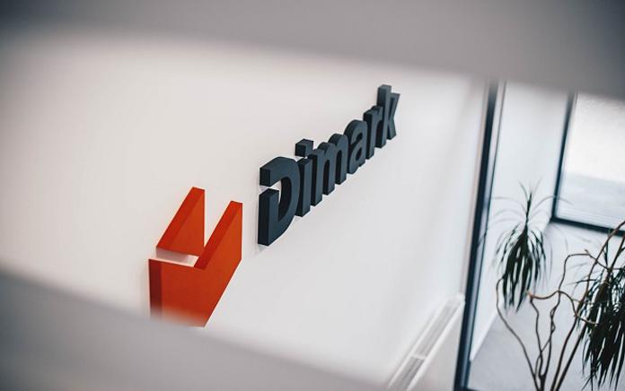 Wizualizacja nowego logo Dimark na ścianie budynku
