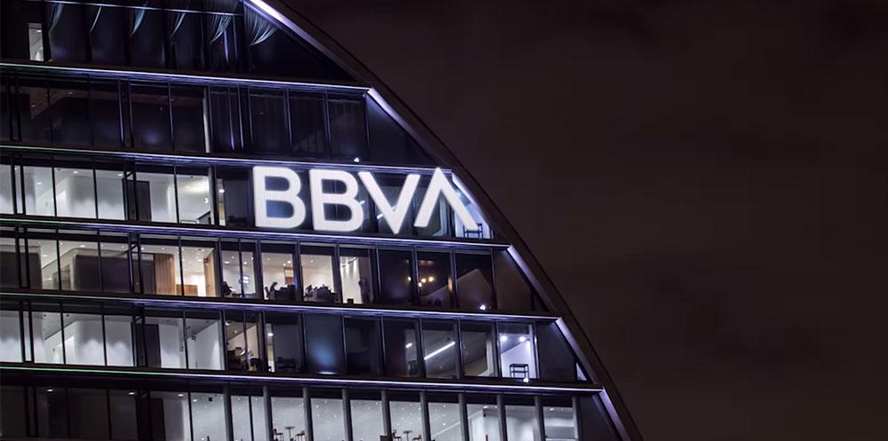 Nowe logo BBVA na budynku banku