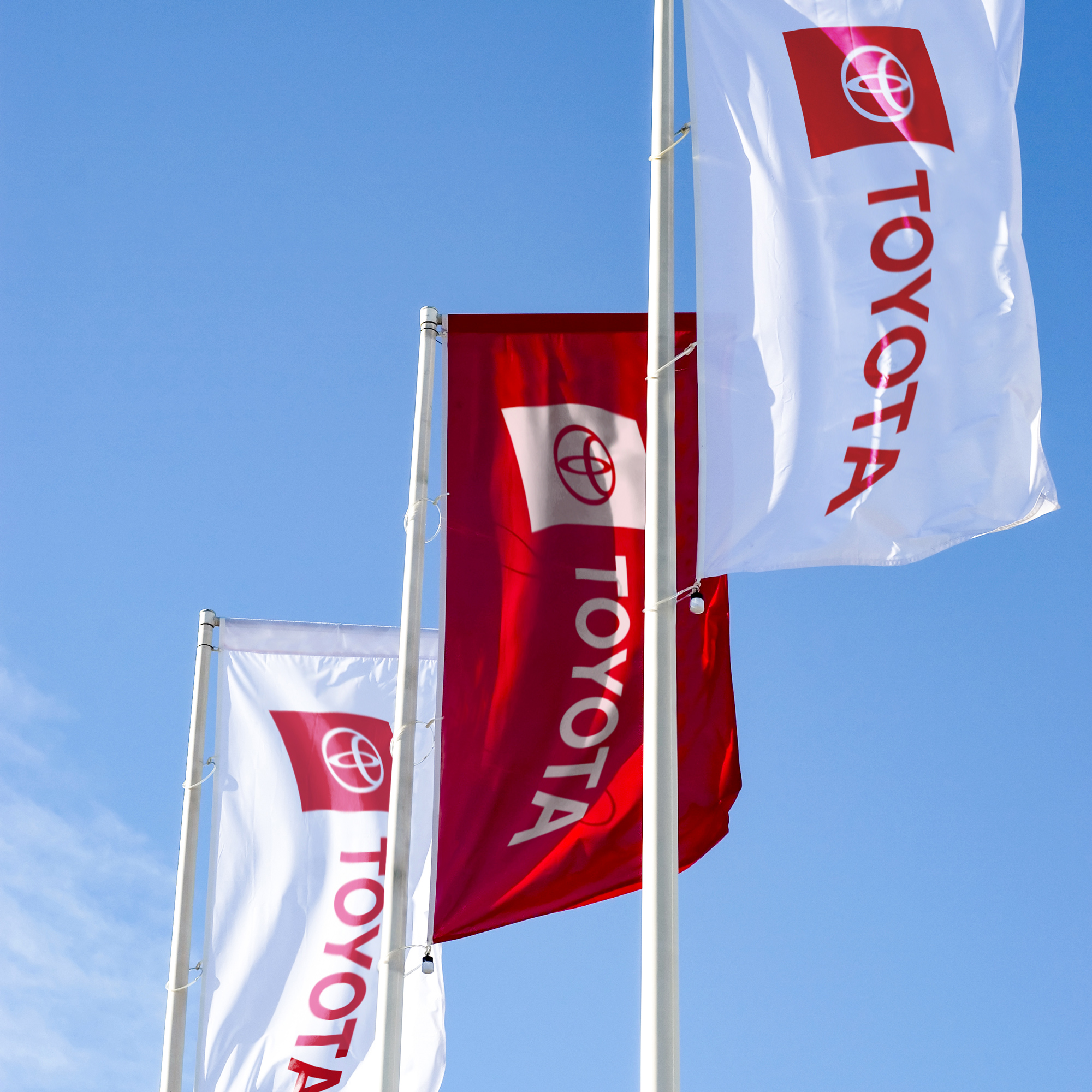 Nowe logo Toyoty na flagach